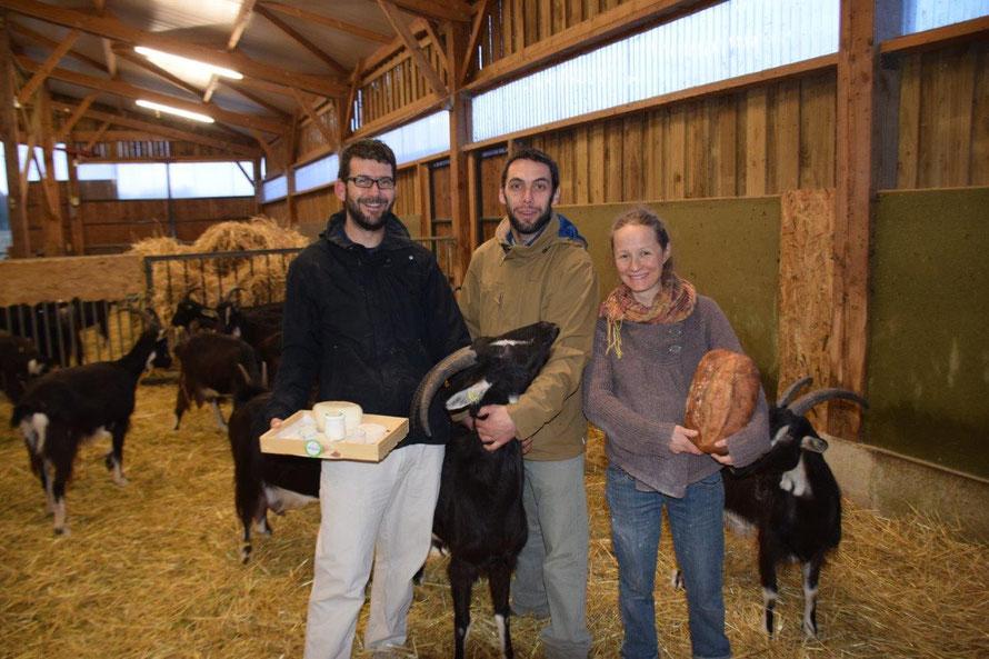Présentation des produits de la ferme par les trois associés