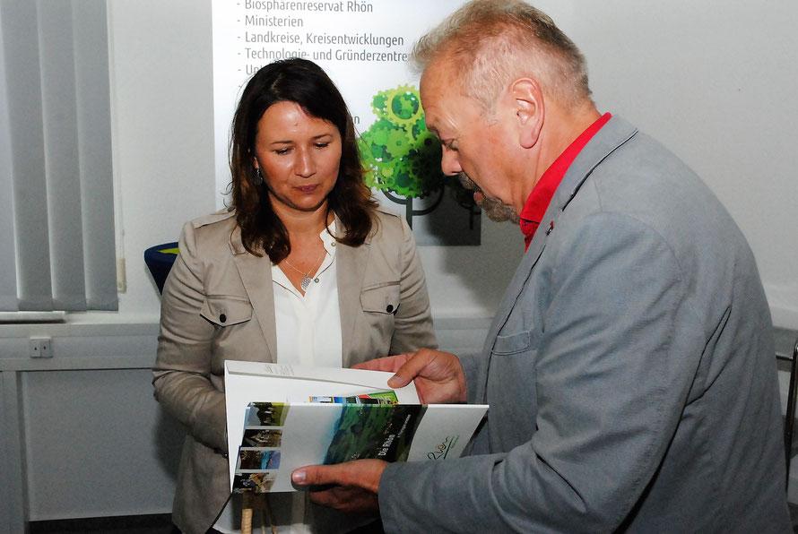 Als Andenken an die Rhön gab es u. a. ein Spruchbild mit LED eines jungen TGF-Existenzgründers und eine Informationsmappe zur Thüringer Rhön vom Rhönforum-Vorsitzenden Manfred Grob.