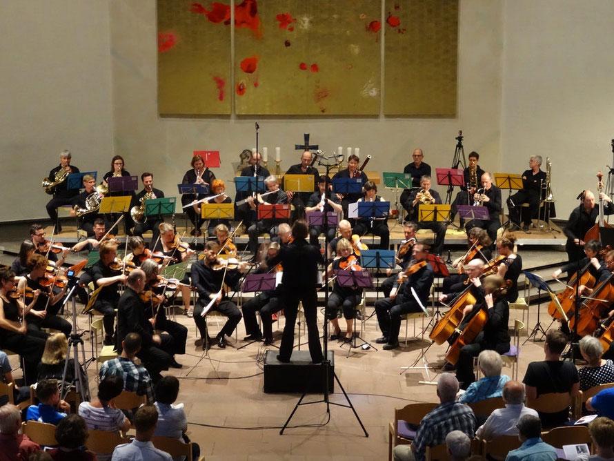 Orchester, Dirigentin, Konzertsaal, Kirche, Altarraum