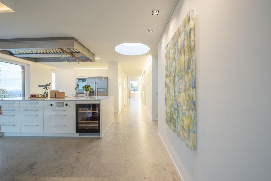 Fliesenlegerfachbetrieb Fliesenfachgeschäft Matthias Raisch - einzigartige Natursteinplatten aus Jura Marmor grau blau in erhabenem Stuttgarter Penthouse. Küche und Flur