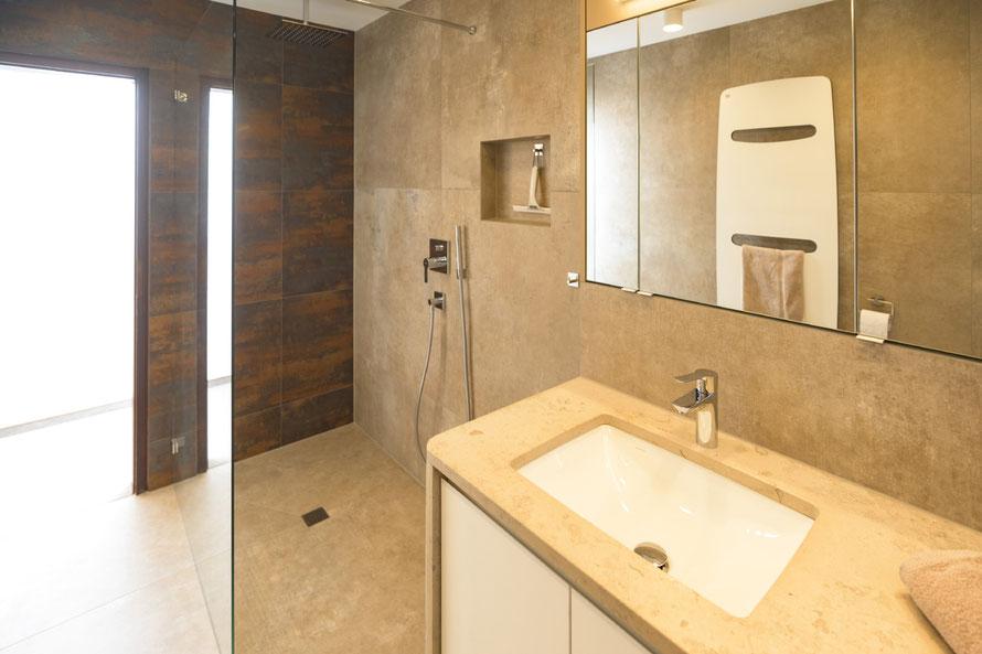 Raisch Fliesen Stuttgart & Ostfildern - puristisches Bad und WC in Naturtönen mediterran