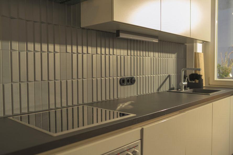 Raisch Fliesen Stuttgart - Innovatives Design: matte 3D Küchenwand Fliesen in dunkelgrau, mit Charme