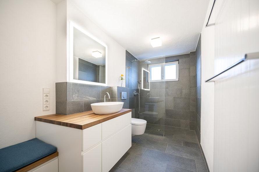 Fliesenlegerfachbetrieb Fliesenfachgeschäft Matthias Raisch - Bad & WC mit Naturstein aus fairem Abbau - Blick in das Bad.
