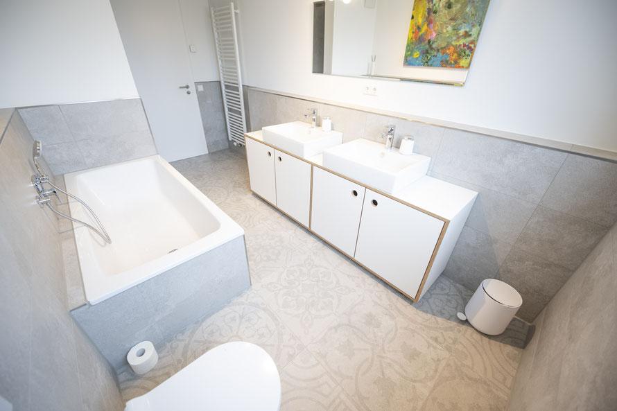 Raisch Fliesenfachgeschäft und hochwertige Fliesenarbeiten in der Region Stuttgart - hier: Badausbau in Loft in Leinfelden-Echterdingen - www.raisch-fliesen.de - Totale