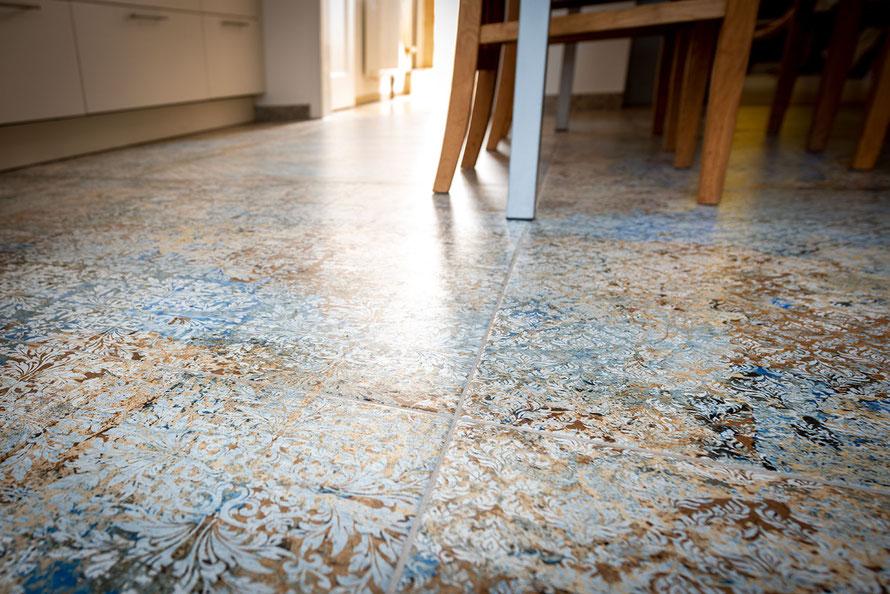 Raisch Fliesen Stuttgart und Esslingen - Dekorative Fliesen aus Feinsteinzeug - Detail Küchenboden mit Dekor
