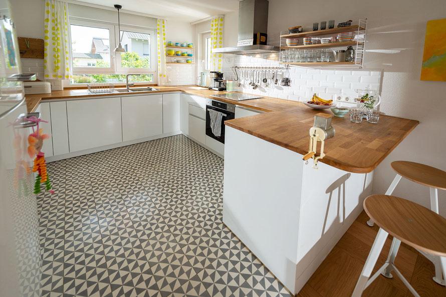 Raisch Fliesen Stuttgart und Filderstadt - Reiheneckhaus, Küche mit Zementfliesen grau weiß