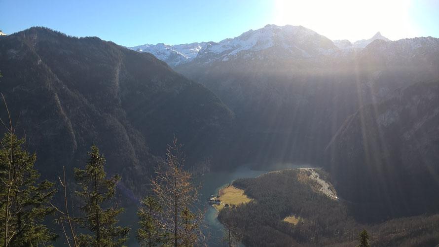 Unverkennbarer Ausblick von der Archenkanzel zum weltbekannten Königssee, im Hintergrund die beeindruckende Bergwelt