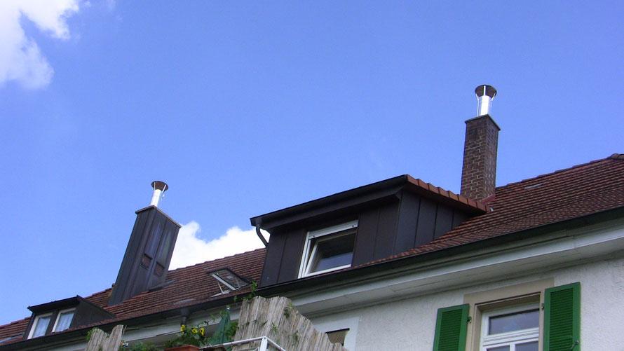 Einbau in vorhandene gemauerte Kaminköpfe, Schornsteinhut vorgesehen, weil die Anschlüsse im Wohnbereich liegen.