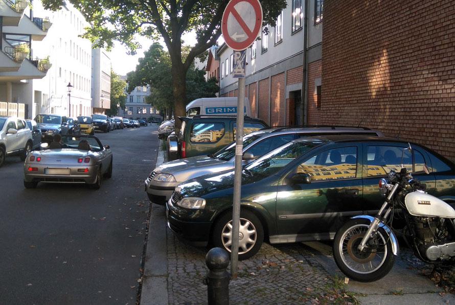 Stallstraße (Berlin-Charlottenburg); der ehemals großzügig angelegte Gehweg ist jetzt nur noch ein hässlicher Blechhaufen.