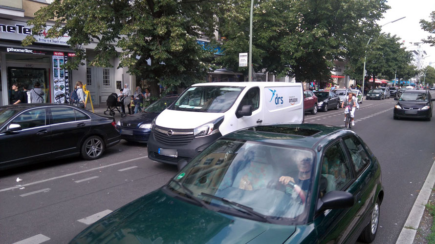 Auf dem Foto sehen Sie, warum es in der Turmstraße in Berlin viele Radfahrer vorziehen, den Gehweg zu nutzen.