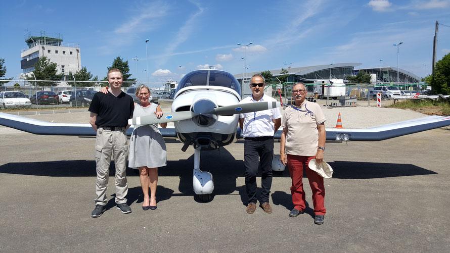 Annie, Jean-Claude, Michel et Gabriel devant le DR400 du Tour