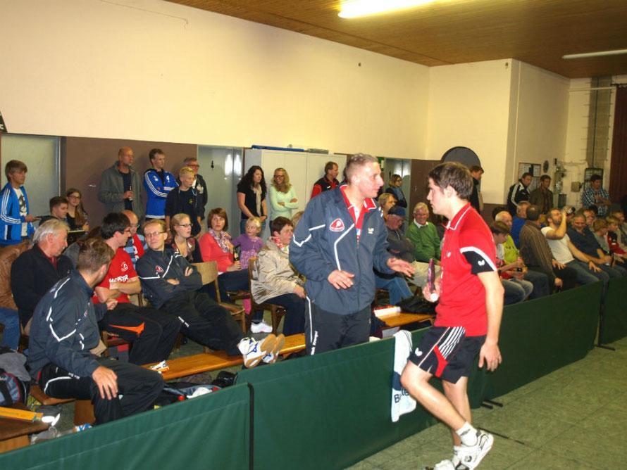 Coaching: Maik Krengel (links) hat Tipps für Tobias Nießner an der Box. Dahinter schnaufen einige der vielen Gäste erstmal durch.