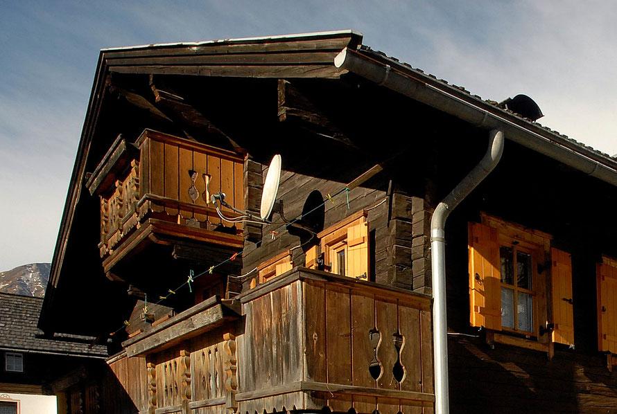Die Hütte war einst die Poststation und die Kuriere haben auf der Durchreise hier übernachtet. Die antike Einrichtung mit vielen original erhaltenen Bauernmöbeln und Accessoires versetzt euch in alte Zeiten, als die Uhren noch langsamer tickten. Nach eine