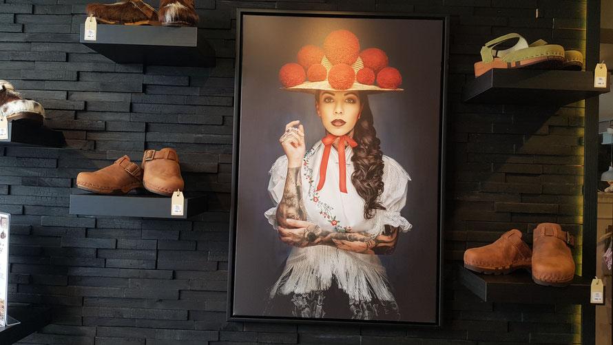 Im Ladengeschäft «ZEIT Geist», in Bad Säckingen, hier mit Foto von  Sebastian Wehrle und Schuhe von Woody © Bellone Franchise Consulting GmbH