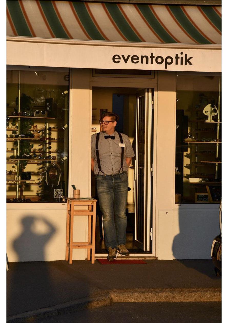 Christoph Utesch vor seinem Laden in der Zuger Vorstadt © Eventoptik.ch