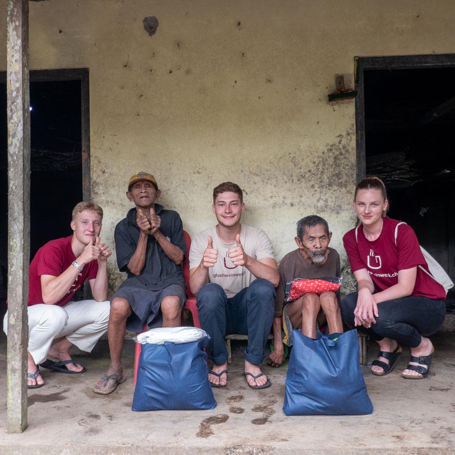 Gluehweinwerk.ch-Team mit Resta und Sisu in Bali © Gluehweinwerk.ch KGL