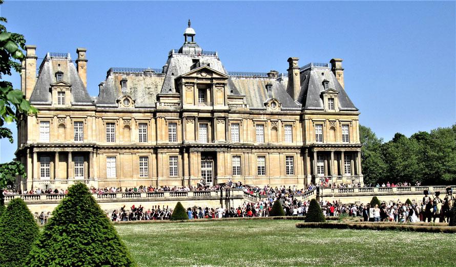 maisons-laffitte la foule devant le chateau