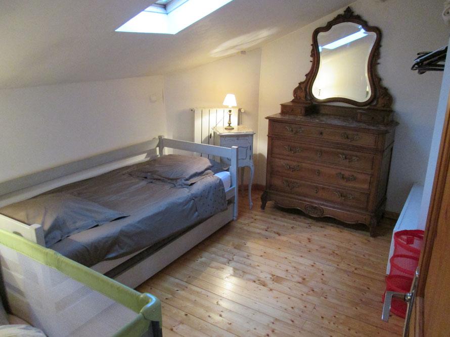 lits de 90 dans la chambre