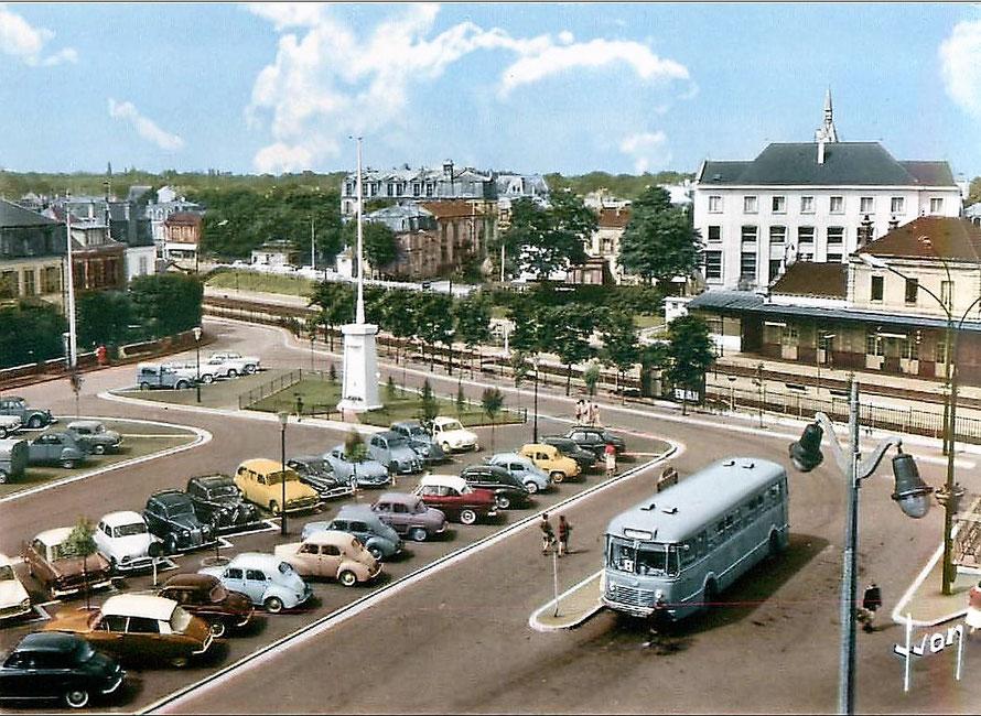 Gare SNCF et parking de le gare de Maisons-Laffitte dans les années 1960