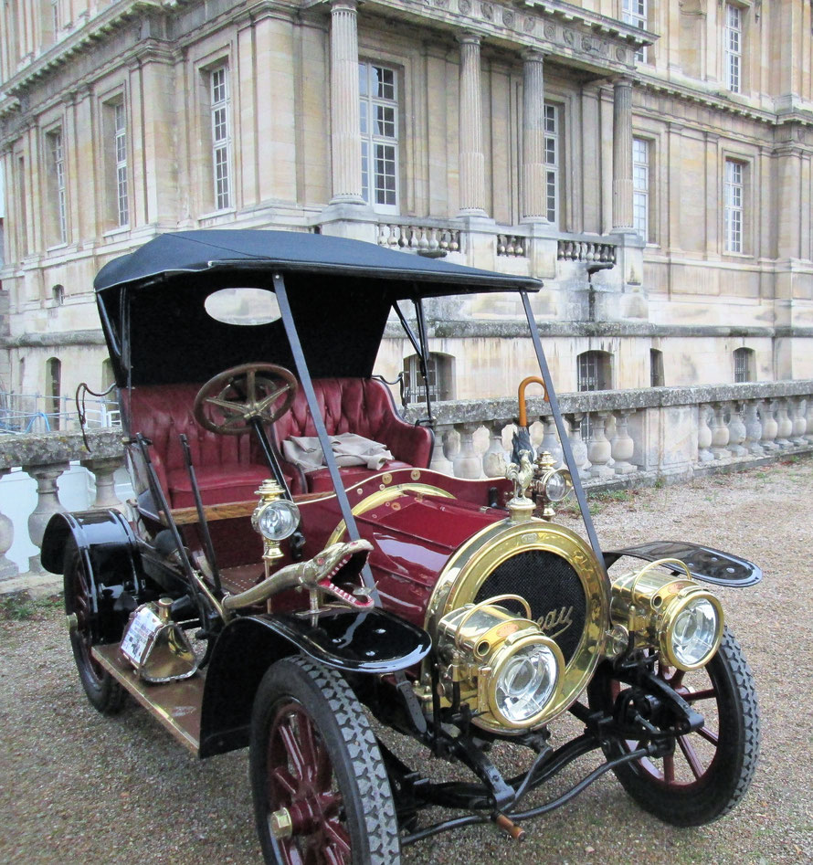 Automobile ancienne devant le château de Maisons-Laffitte