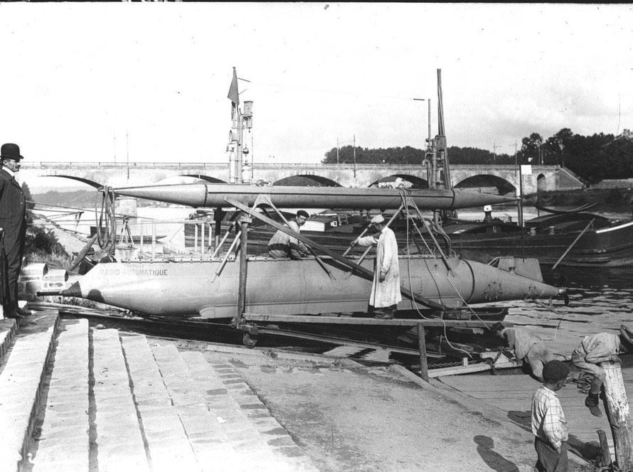 Avant la mise à l'eau de la torpille à Maisons-Laffitte