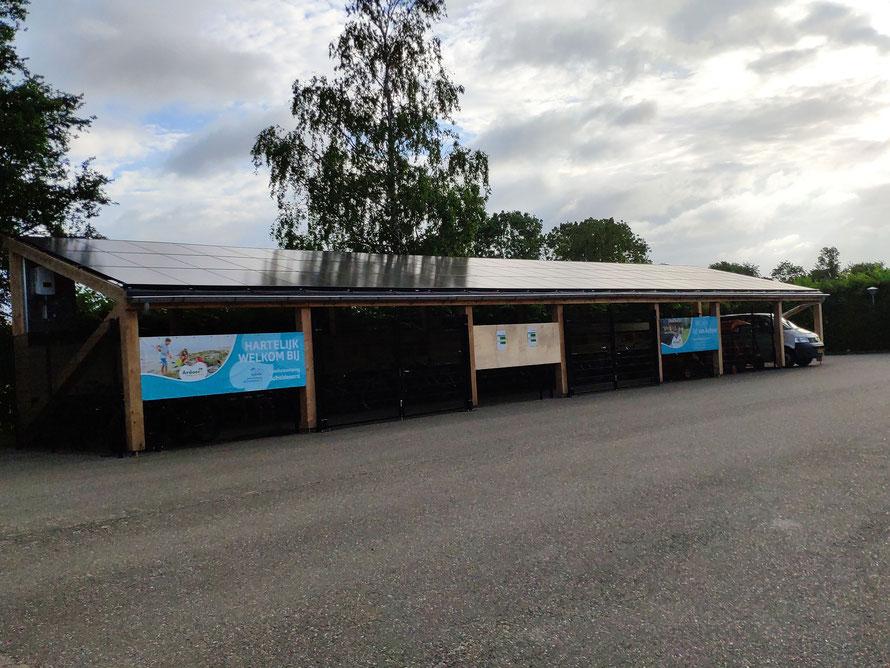 Opgeleverde Douglas overkapping met zonnepanelen, Baarland