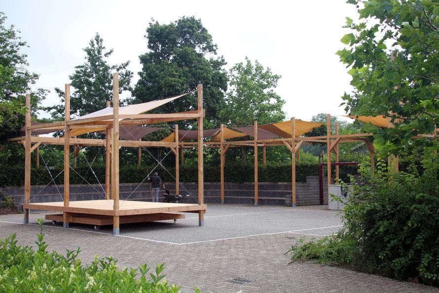 Opgeleverde douglas constructie amfitheater met zonnedoeken