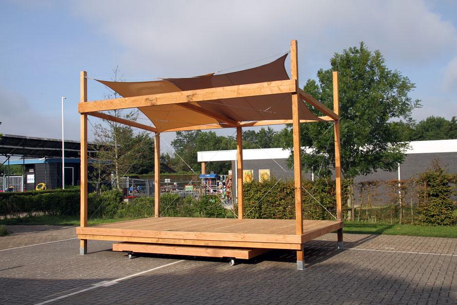 Opgeleverd uittrekbaar podium douglas hout met zonnedoeken en windverbanden