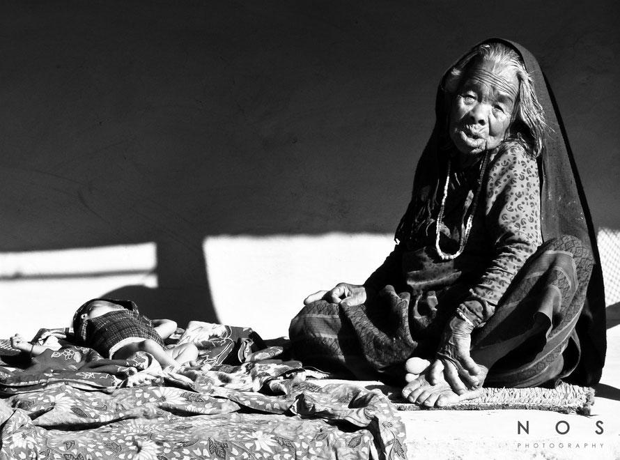 Alte Frau mit Kind, Nepal