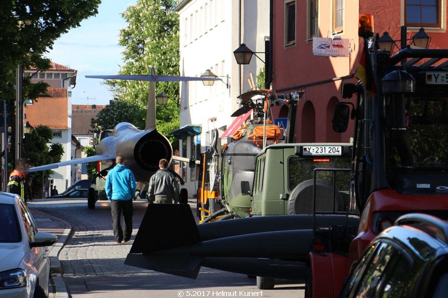"""""""Witwenmacher"""" F-104 Starfighter und BO 105 auf dem Weg in die Innenstadt von Erding."""