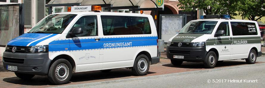 Ordnungsamt und Feldjäger vor dem Rathaus.