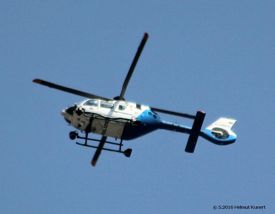 Mit aktuellem Hubschrauber überwacht.