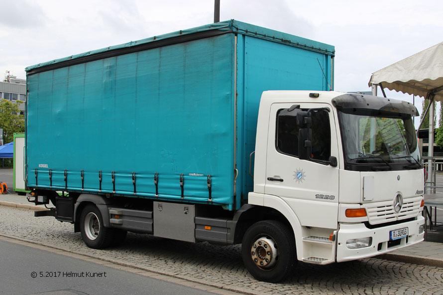 """LKW zum Transport von """"Hamburger Gitter"""" des PP Oberpfalz."""