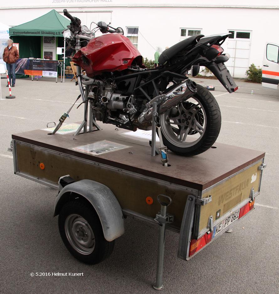 """Verunfalltes Motorrad auf Anhänger mit Aufkleber """"weiße Maus"""""""