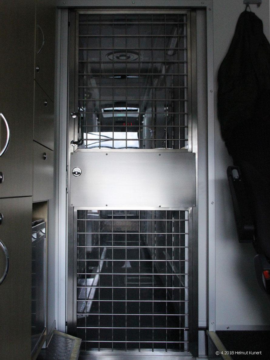 Zugang zu den Zellen vom Fahrerraum gesehen.