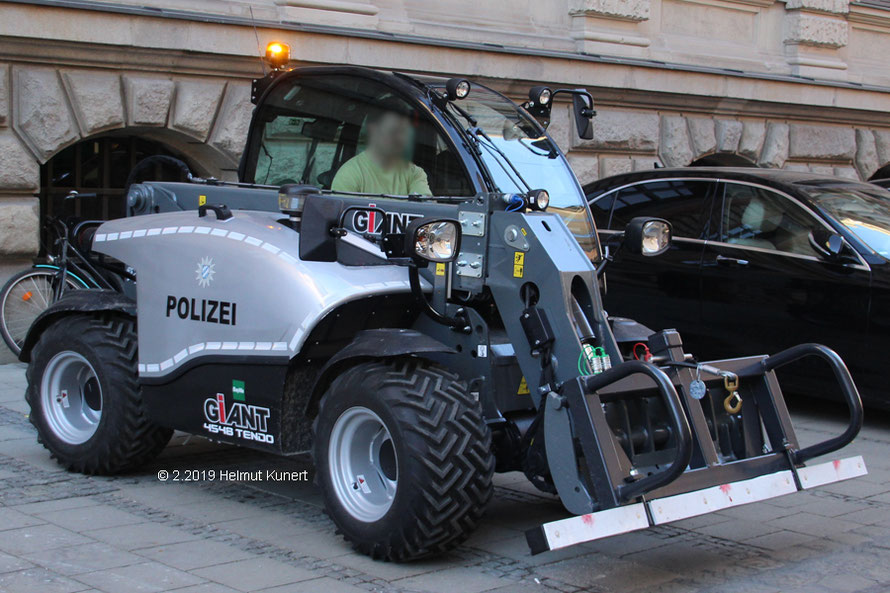 Hier mit Werkzeug zum Heben von Straßenabsperrungen.
