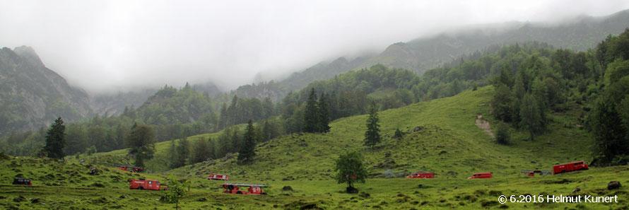 Die Kollonne mit 76 Fahrzeugen zwängt sich den Berg hinauf.