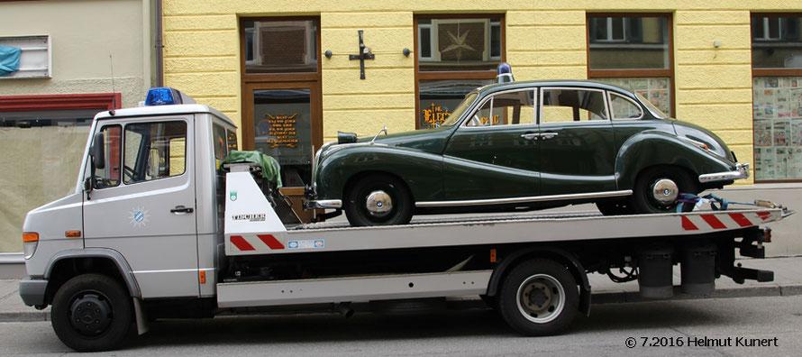 Der Oldtimer darf nicht fehlen. Huckepack von München nach Rosenheim.