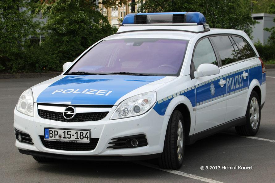 Einzelstück bei der Bundepolizei als Versuchsfahrzeug. Auffällig die Umfeldbeleuchtung am sockel der Sondersignalanlage.