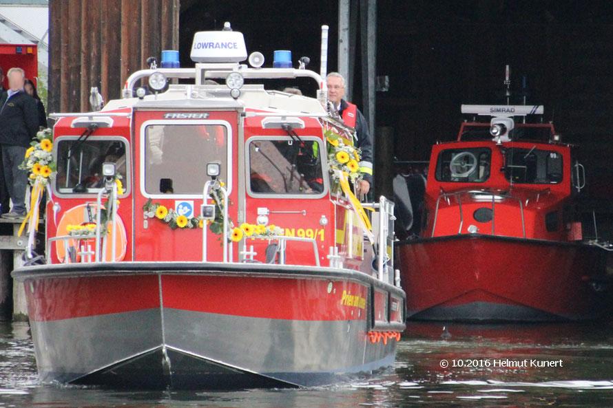 Das geschmückte neue Boot mit Innenminister Joachim Herrmann und rechts daneben das alte Boot der FF Prien.