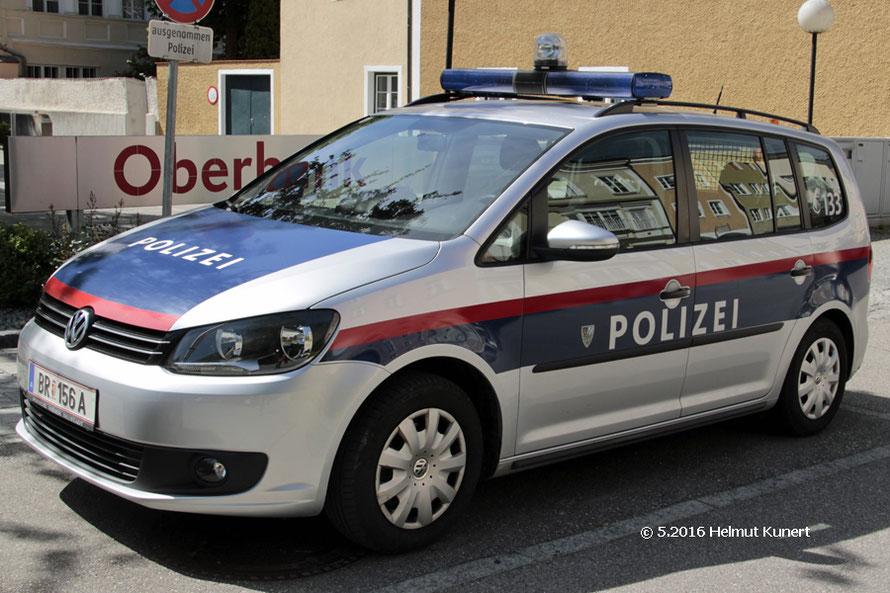 Stadtpolizei Braunau mit Stadtwappen vor dem POLIZEI-Schriftzug