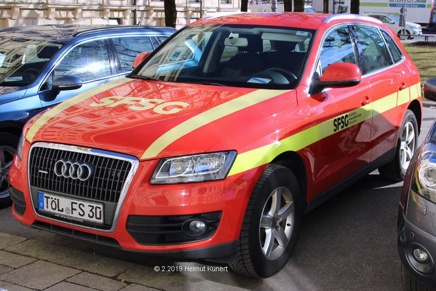 Fahrzeug der Feuerwehrschule Geretsried. Blitzer hinter dem Kühlergrill.