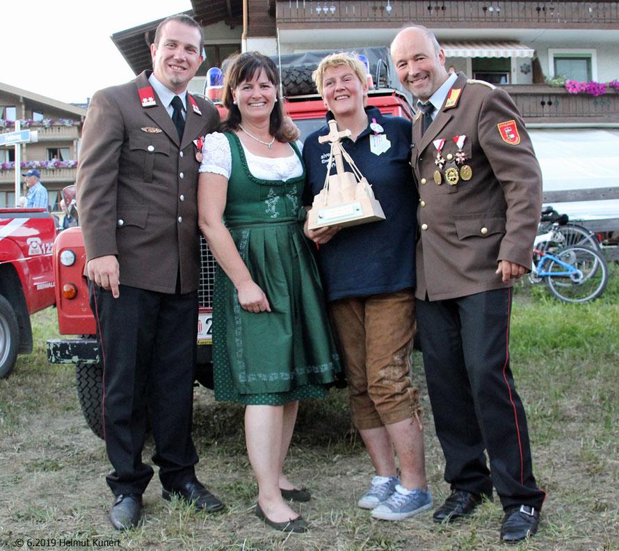 Der Organisator Christian Hutter, die Bürgermeisterin von Bruck, die überaus glückliche Siegerin Sabine Schwarz und BR Franz Eder