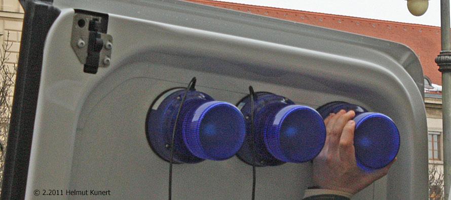 per Hand sind die Blaulichter aufzurüsten (Hier noch im Verstauraum angebracht)