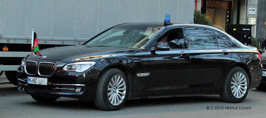 Mit bayerischem Fahrzeug wird ein Staatsgast gefahren.