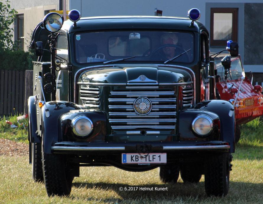 eines der letzten eingetroffene Fahrzeuge, das frsich restaurierte TLF 4000 aus Kitzbühel