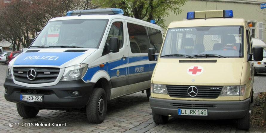 Allrad-Sprinter der Bundespolizei und Transporter des BRK