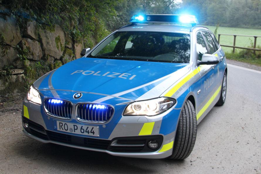 Seit 15.09.2016 gibt es weitere blaue Fahrzeuge, jetzt mit gelben Warnstreifen. (Pressefoto PP Oberbayern-Süd)