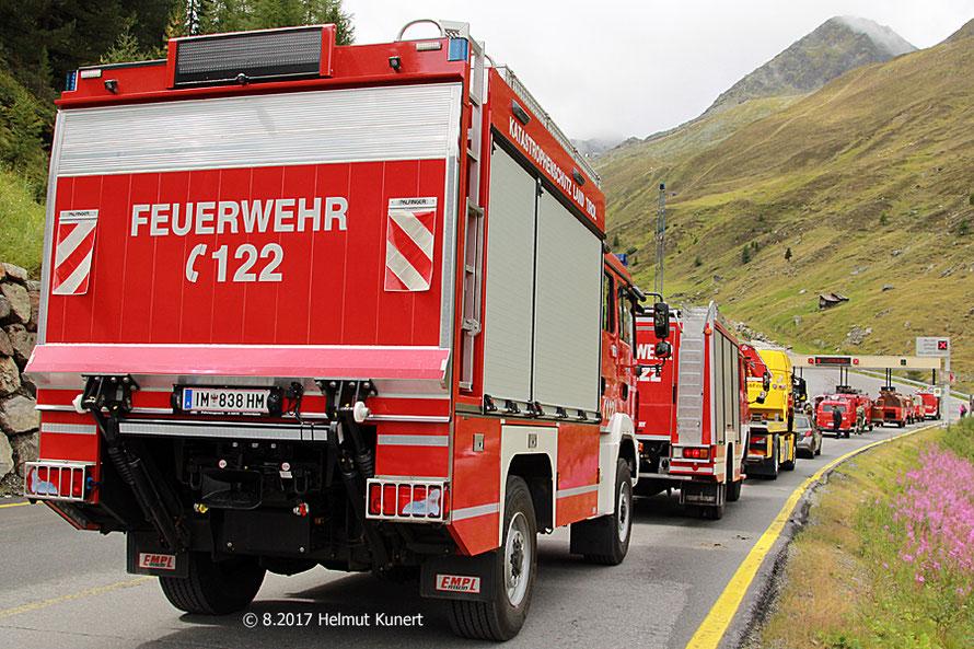In Begleitung von zwei Fahrzeugen der Feuerwehr aus Sölden geht es bis zur Mautstelle.