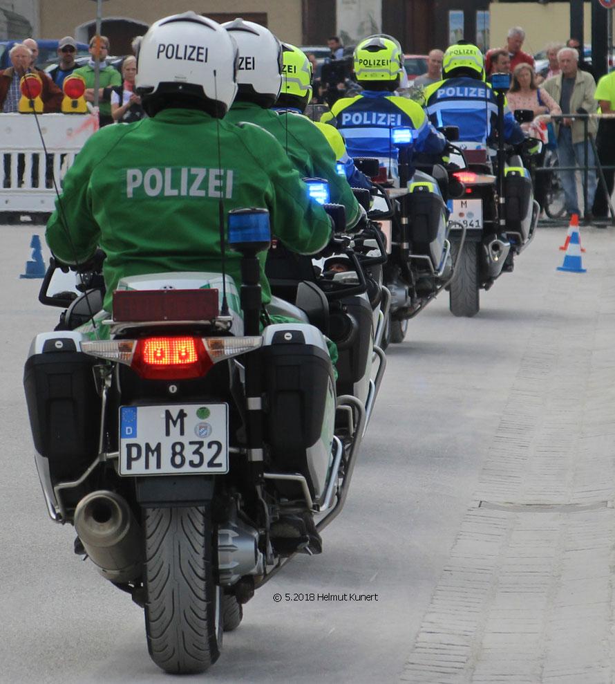 Die nächste Show wird nur mit blau/gelben Motorrädern gezeigt.
